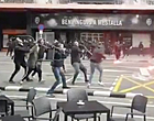 Foto: Hel breekt los: hooligans Valencia en Barça houden ongeziene veldslag (🎥)