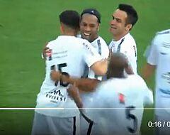 VIDEO: Ronaldinho kan het nog én scoort vanaf de eigen helft