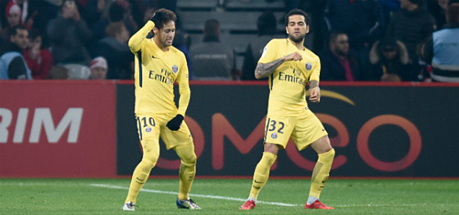 Foto: Dani Alves pakt Neymar stevig aan: