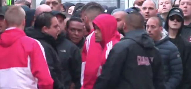 Foto: Video: Situatie ontspoort na aankomst spelersbus Ajax