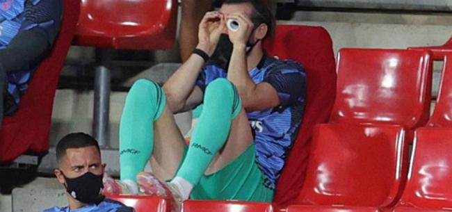 Foto: Bale laat zich helemaal gaan terwijl ploegmaats CL-kraker voorbereiden