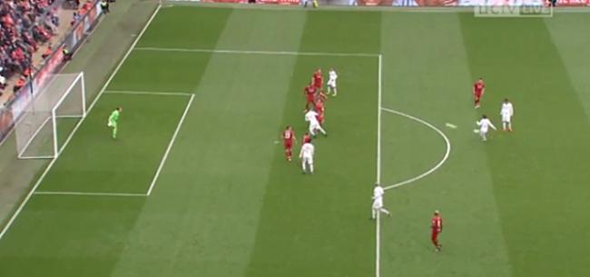 Foto: De Maestro kan het nog: vrije trap Pirlo krijgt Anfield op de banken