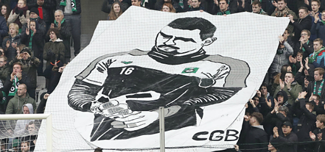 Foto: Kippenvel: spelers KVK én Club leggen match stil ter ere van Van Damme