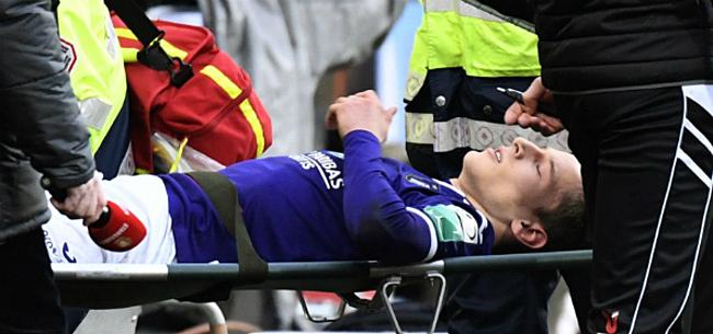 Foto: Nieuwe klap Anderlecht: Verschaeren met draagberrie van het veld