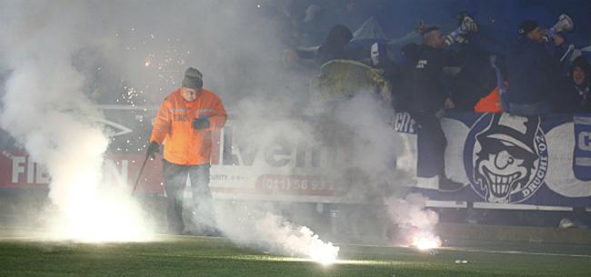 Foto: Derby ontaardt in stevige rellen: Genk-bussen aangevallen