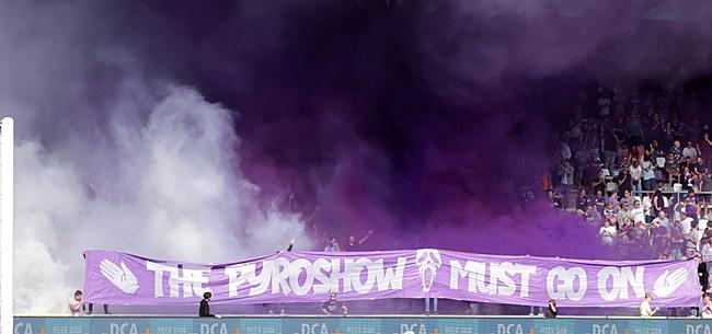 Foto: Beerschot-fans komen voor aftrap met duidelijke boodschap voor minister
