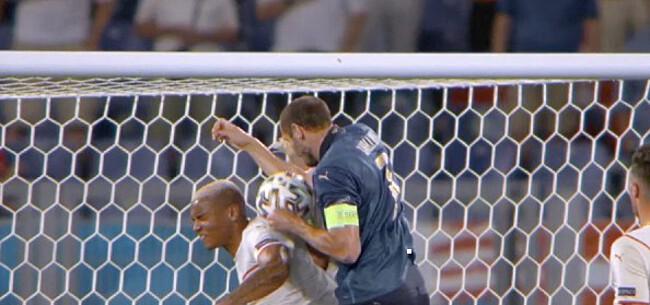 Foto: Commotie na afgekeurde goal Chiellini: