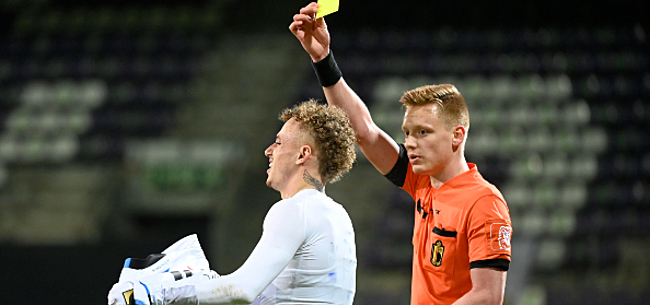 Foto: Overbodige kaart: ref excuseert zich bij Lang