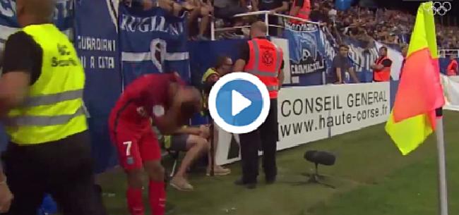 Foto: Degoutant! 'Supporters' vallen PSG-aanvaller aan met stok